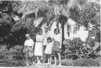 Dr. Soares, esposa Maria Zulmira e filhos Maria Emília e Maria Teresa, e o Zé Russo
