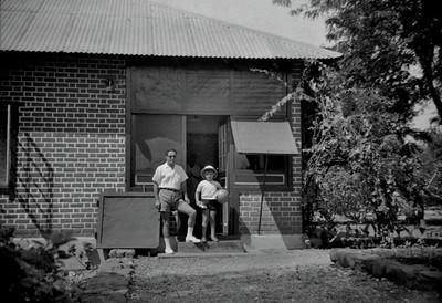 Sombo,  1961 Caldas e filho Carlos ( casa antiga sem varanda)