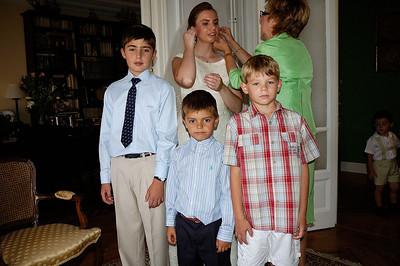 No os perdáis a Tía Queca: arreglando los pendientes mientras los niños posan para la foto...