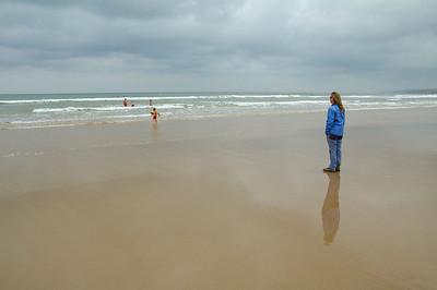 Curioso contraste: cuatro niños en el agua (incluido Max) y Celeste en la orilla bien abrigada.