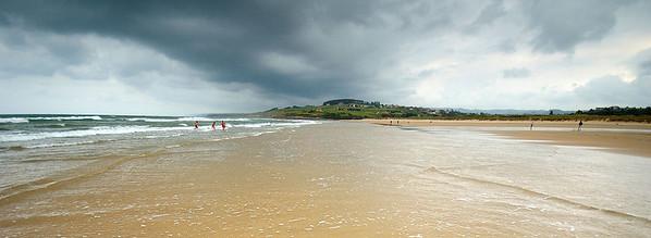 Una tarde preciosa en la playa de Oyambre, a pesar de los nubarrones. Los tres elementos que se están bañando al fondo son Santiago, Javier y Alfonso