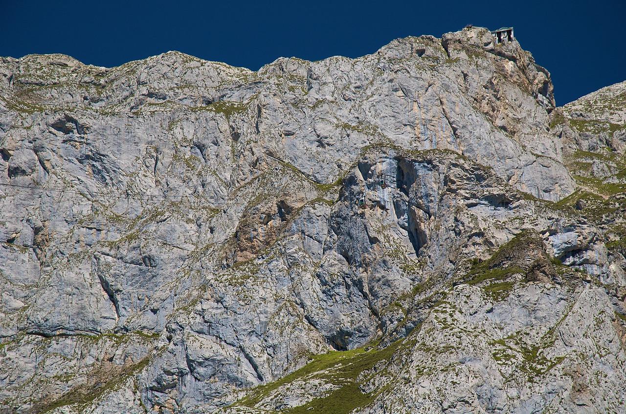 La estación superior de Fuente Dé desde abajo. Dos telecabinas se cruzan a mitad de recorrido.