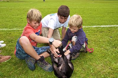 Alfonso, Santiago y Max jugando con un perro
