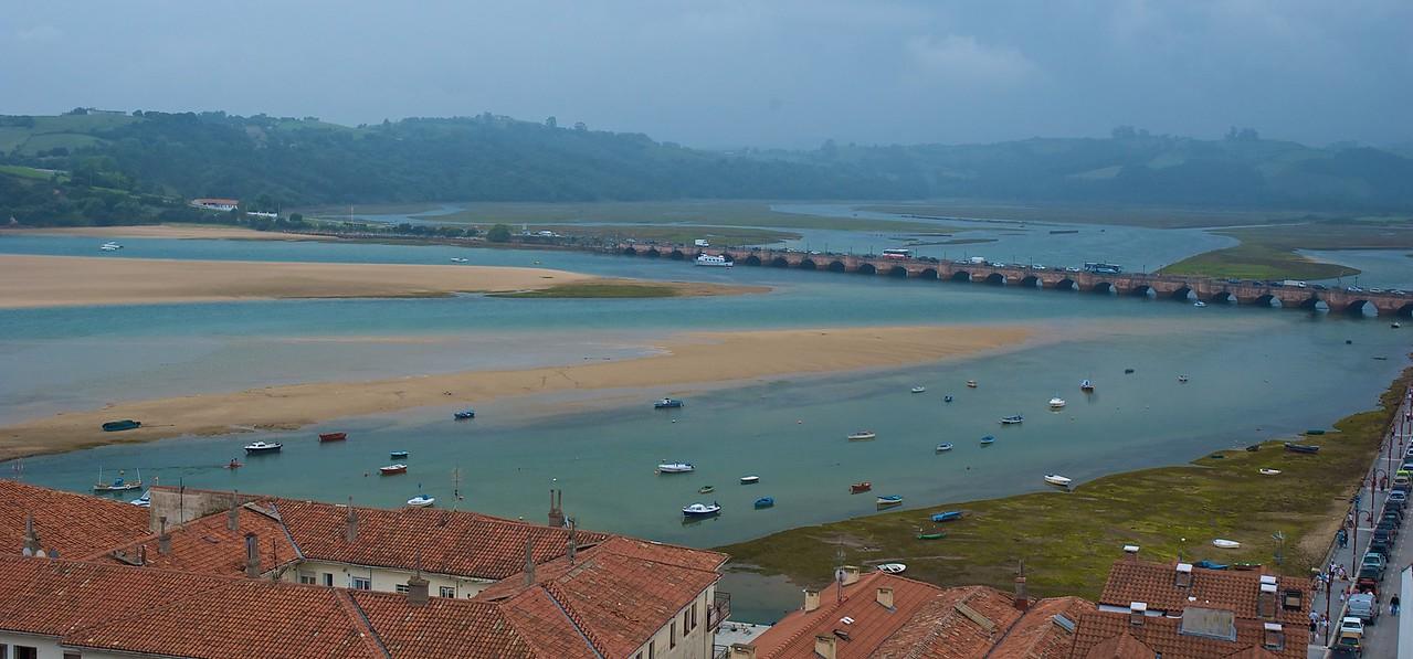 Vista desde el castillo de San Vicente de la Barquera. Cruzar ese puente no es una de las cosas más agradables del verano...
