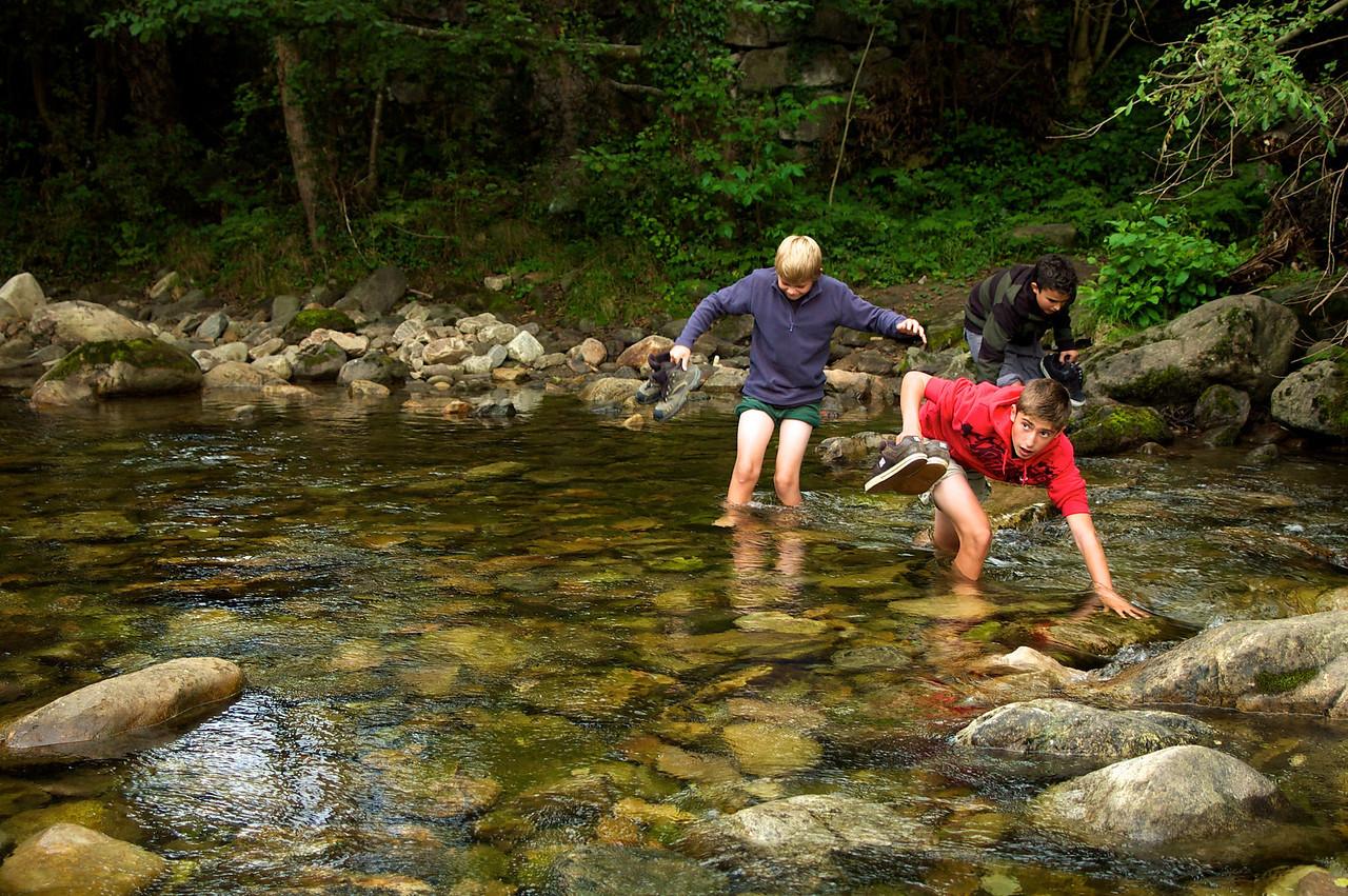 Tres valientes cruzando el río.