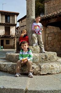 María, Ignacio y Max devorando un pan con aceite que.. en fin, era irresistible.