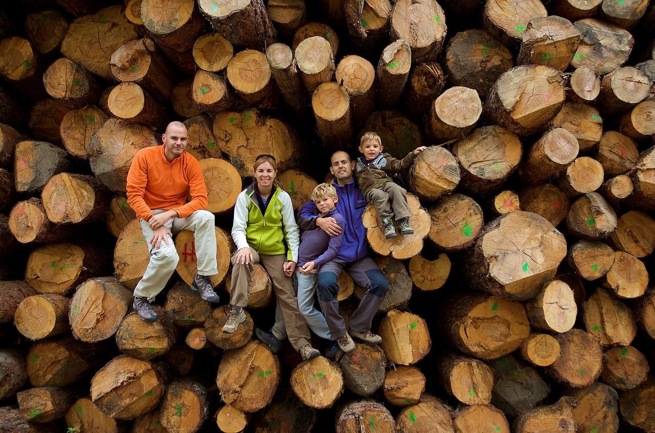 Paseando por Valsaín, nos subimos en unos troncos para esta curiosa foto de grupo.