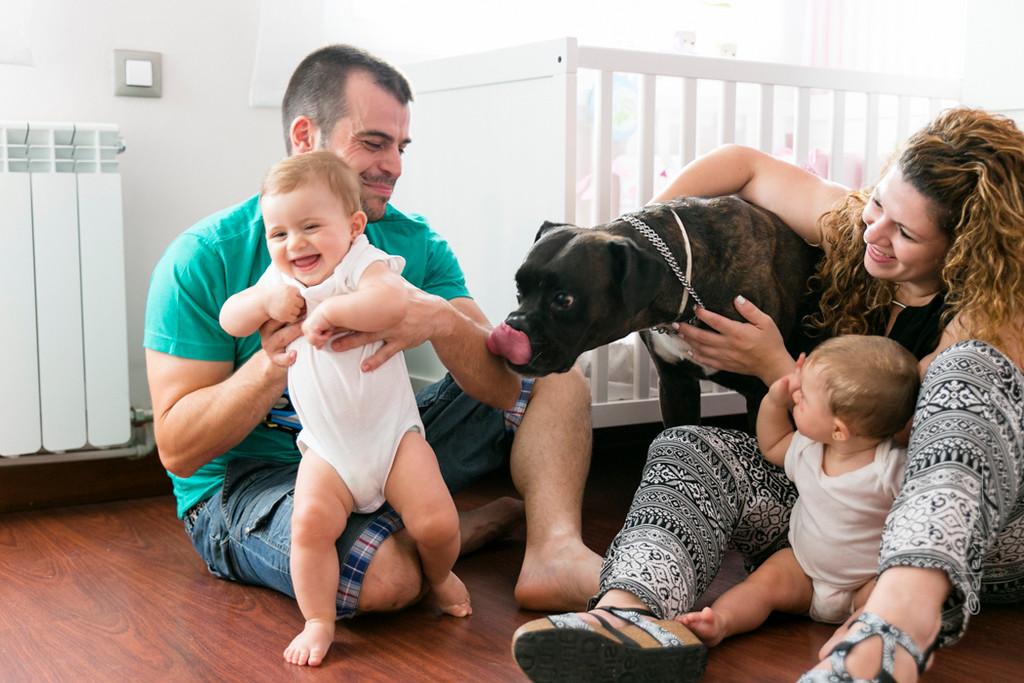 Tarifa de fotografía de familia . Fotografía documental de familia por Elena Rubio para elenircfotografia. Familia juega con los bebés y el perro en casa
