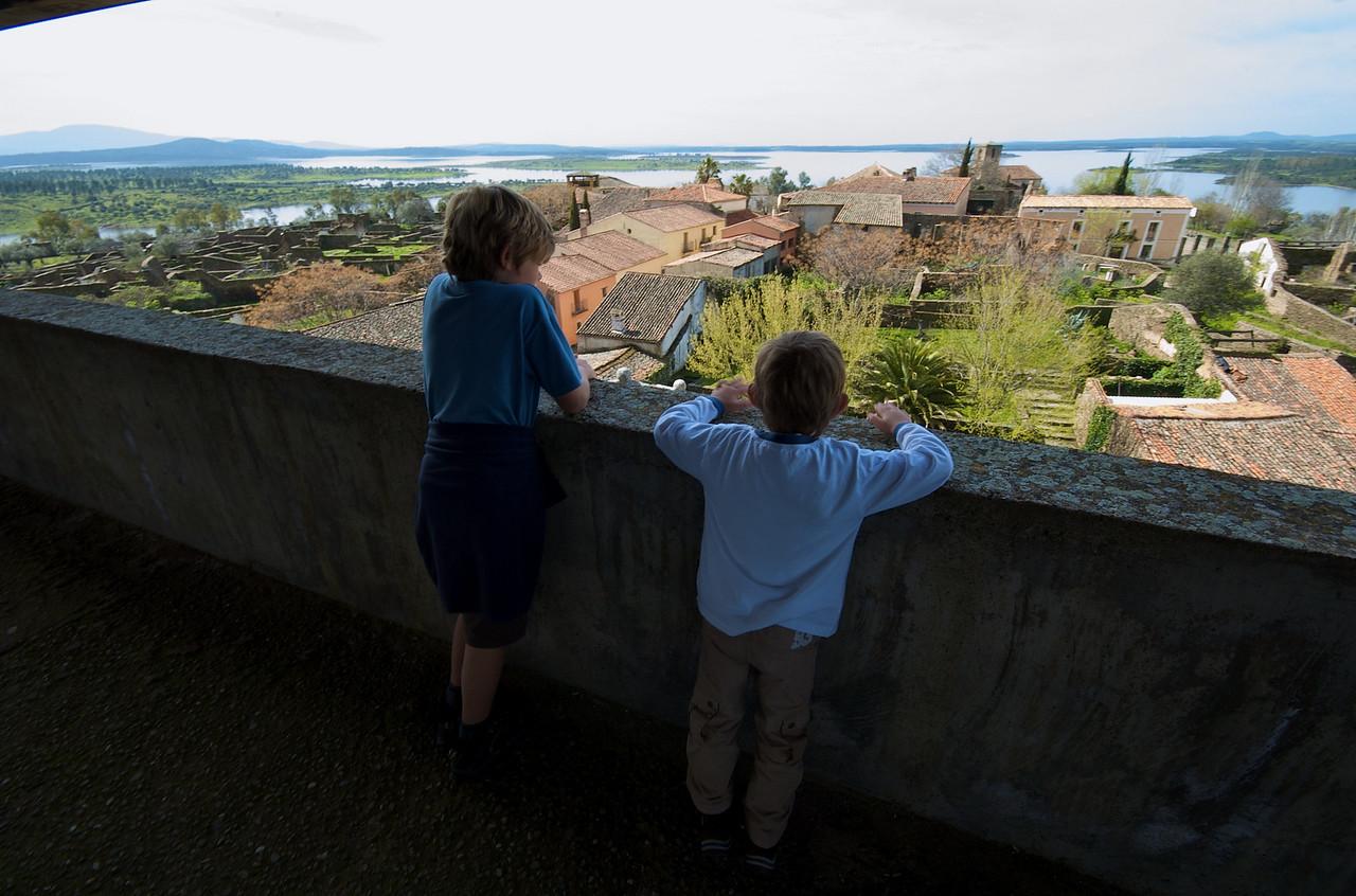 Vista desde la torre, al fondo el embalse de Gabriel y Galán cuya construcción motivó el desalojo del pueblo.