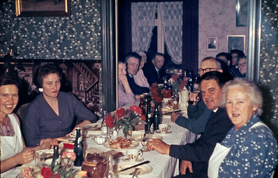 Familiemiddag på savværket i Borre Møn. fra venstre Gitte Rengber Hemmingsen, Rie Renberg, ukendt, Jens Renberg, Tante Anna, ukendte. Fra højre Faster Martha Rengber Hemmingsen, Gittes bror?, Onkel Christian, Elisabeth, ukendte