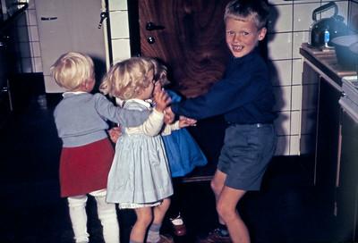 Pjank i køkkenet. Mersi, Mette, marianne og Morten.
