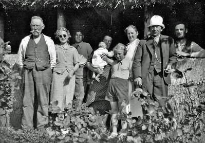 Farfar, Kirsten, Rengber, Mor med Rie, Grethe, Faster Martha, Onkel, Far ved halmhytten i Kyndeløse