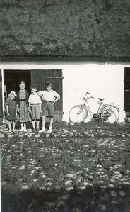 Grethes ny cykel. Fra venstre Grethe, Kirsten ?, Ole og Rengber ?
