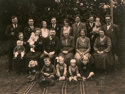 Familien samlet i Assendløse. 9: Jens Renberg Hansen, 10: Grethes mor, 12: Grethes mormor, 13: Grethes morfar, 14 moster Agnes, 18: Grethe, 20: Ole
