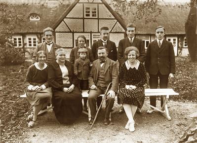 Familien foran Abildgård,  Assendløse. Bagest til venstre Grethes far og mor, på bænken Grethes mormor og morfar med Ole imellem sig og til højre moster Agnes.