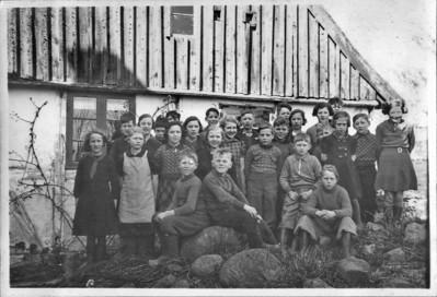 Afsked med Hans. Skolen i Kyndeløse. Ole og Grethe  bageste række yderst til venstre.