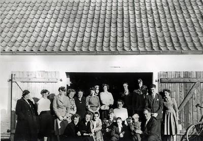 Familen foran port i Assendløse. I forreste række på hug til højre: Ole Renberg med Morten, kvinde i midten med hvid bluse og briller: Karen.