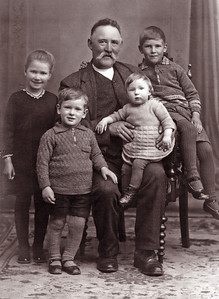 Grethes farfar med børnebørn: forrest Ole og på knæet Grethe.