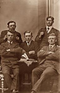 Jens Renberg Hansen forrest til højre. Billede taget enten på landbrusskole eller ved sessionen.