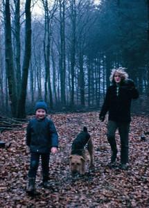 Kim, Tiggy og Mette i skoven.