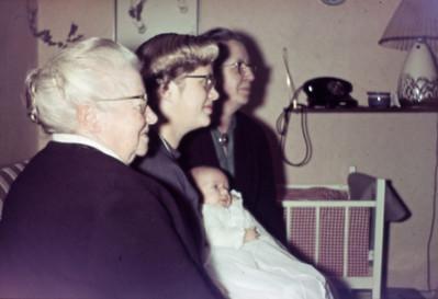 4 generationer. Bedstemor Inger Eriksen, Lone Renberg, Mette Renberg og mormor Dagny Holst.