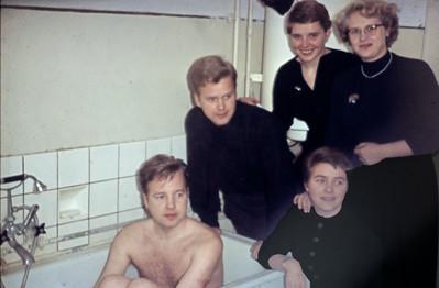 Familiebadekarret. Luffe  (Herluf) Holst, Hasse (Johannes / Henrik Holst), Lise Holst,Lone (Else Margrethe) Holst / Renberg, Laura Holst / Turner