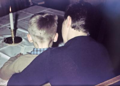 Morten læser ved stearinlys sammen med Laura ?