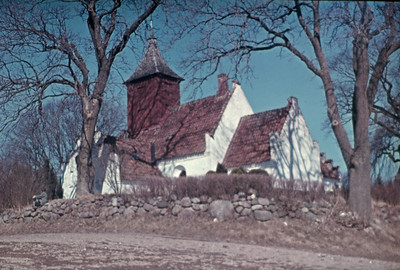 Kornerup kirke set fra marken.