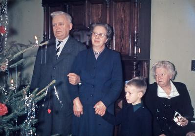 Mortens jul. Morfar henrik Holst, mormor Dagny Holst, Morten Renberg og bedstemor Inger Eriksen.