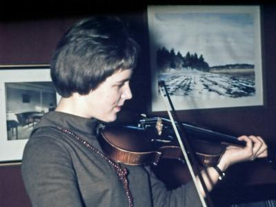Laura spiller violin.