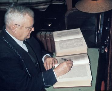 Pastoren skriver prædiken. Morfar Henrik Holst.