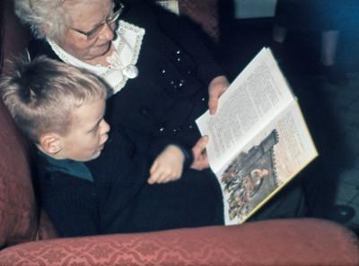 Morten og bedstemor læser Robin Hood.