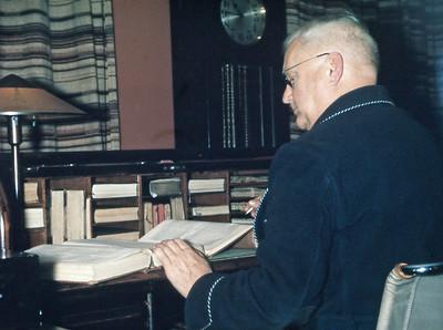 Morfar Henrik Holst ved skrivebordet.