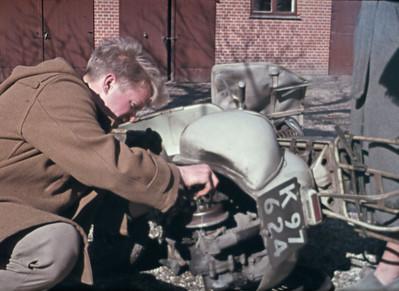 Hasse reparerer scooter i Kornerup.