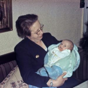 Mormor Dagny Holst med Mette.