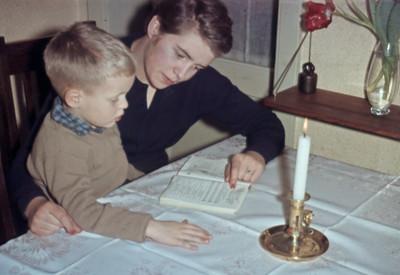 Morten og Laura læser.