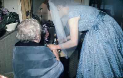Lise med slør hjælper bedstemor.