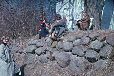 På stendiget bag Kornerup kirke: Lone, Lise Brio, Laura og Hasse.
