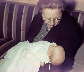 Mormor Dagny Holst med Mette i dåbkjole.