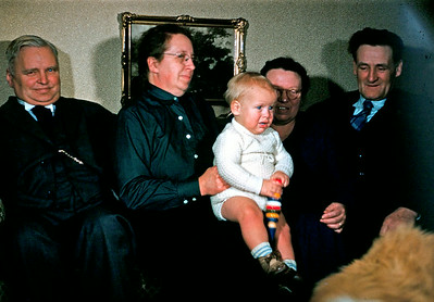 De ældste og den Yngste. Morfar Henrik Holst, mormor Dagny Holst, barnebarn Morten Renberg,  farmor ?, farfar Jens Renberg og Brio