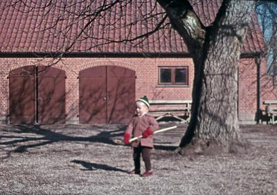 Morten ordner gårdspladsen i Kornerup.