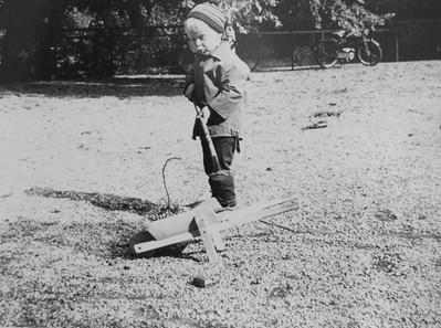 Morten ordner gårdsplads.