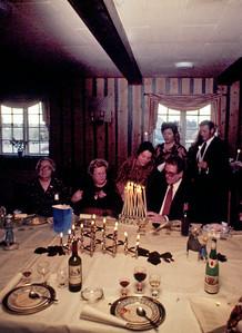 Alle gæster fik et lys pakket ind i en sang. Mens sangen synges, går gæsterne frem og stiller lyset foran sølvbrudeparret.
