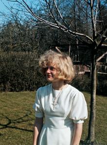 Mette  Renberg ved valnøddetræet.