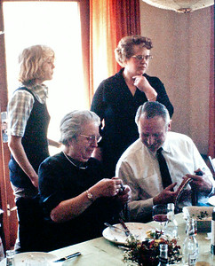 Dagny Holst og Volmer Rolff,  Mette og Lone Renberg.