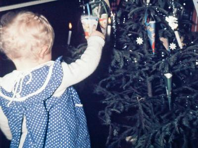 Mette inspicerer julepynten.