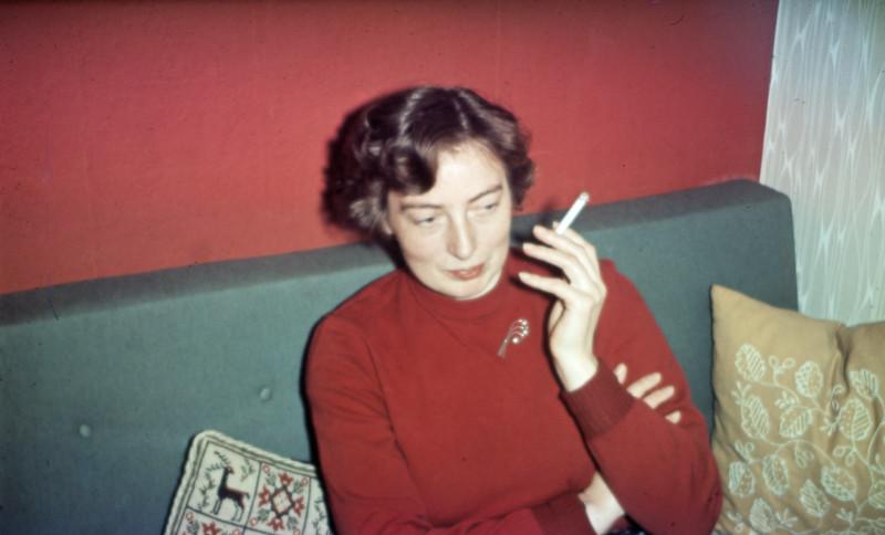 Grethe Renberg med cigaret.