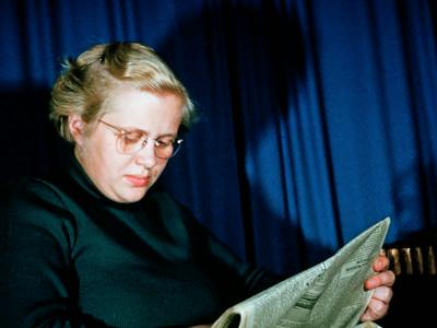 Lone Renberg læser avis.
