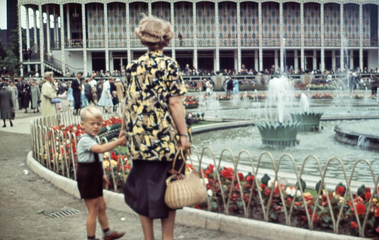 Morten i Tivoli med sin mor.