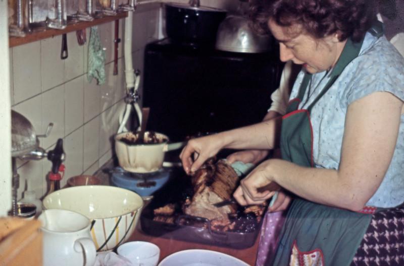 Grethe i køkkenet.